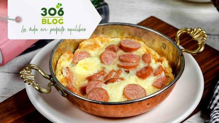 Receta: Huevos revueltos con salchichas, tomates y queso